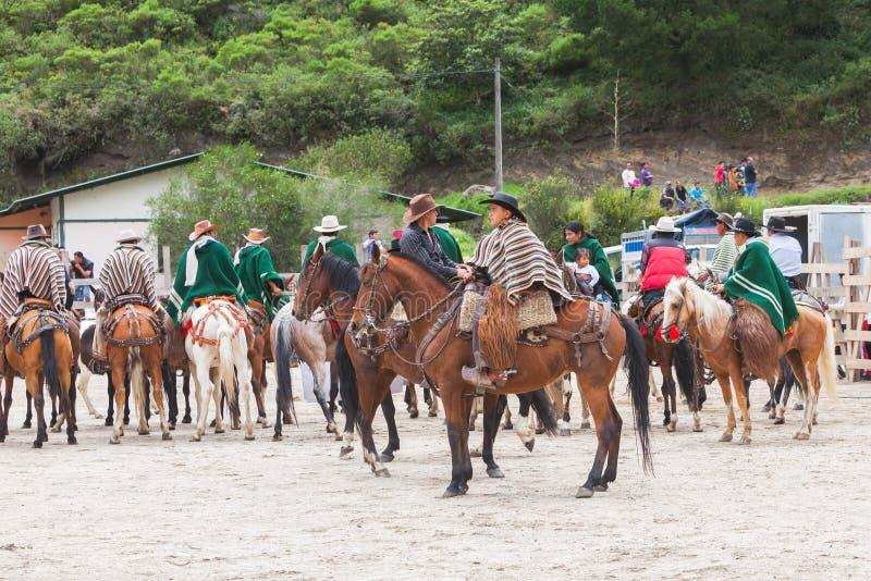 De jonge Latijnse mensen kleedden zich in nationale kostuums die paarden berijden royalty-vrije stock fotografie