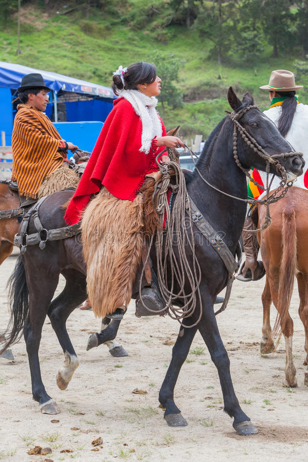 De jonge Latijnse vrouw kleedde zich in nationale kostuums die een paard berijden royalty-vrije stock afbeelding