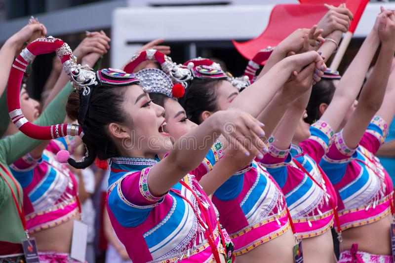 De jonge leuke Chinese volksdans van de meisjesdans en zingt een lied in traditionele kostuums royalty-vrije stock afbeelding