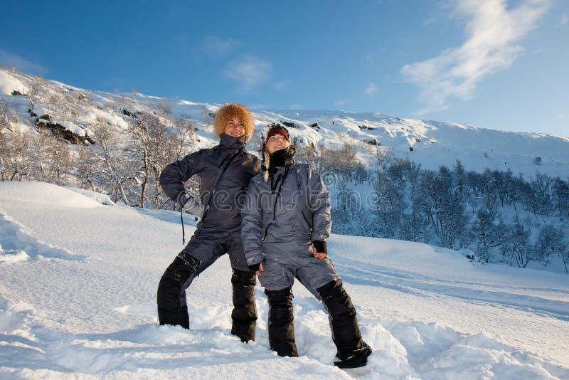 De jonge leuke gelukkige het lachen vrouwelijke vrouwenmodellen in sneeuwbomen vertakt zich glimlachend van pret en vreugde in bi stock fotografie