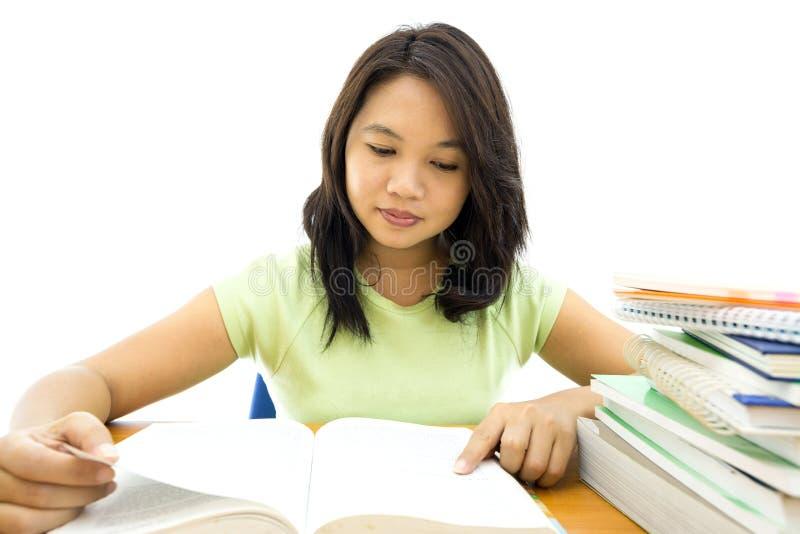 De jonge lezing van de universiteitsvrouw royalty-vrije stock afbeeldingen