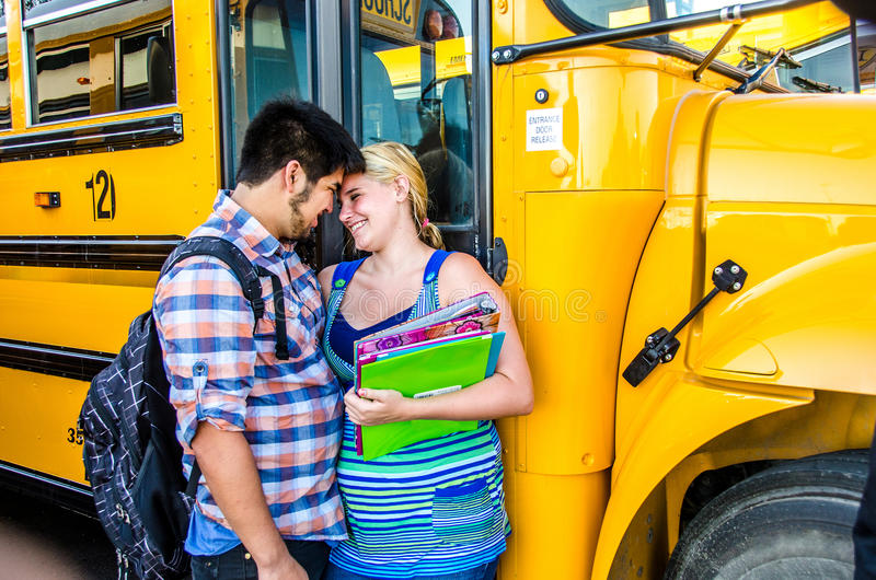 De jonge liefjes van de liefdemiddelbare school royalty-vrije stock foto's