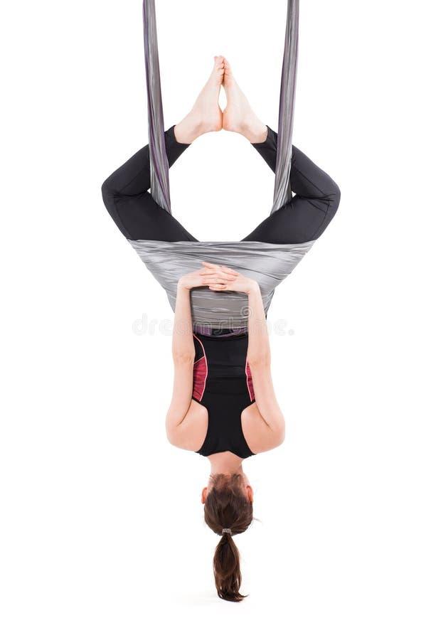 De jonge lucht anti-gravity yoga van vrouwenpraktijken met een hangmat royalty-vrije stock afbeelding