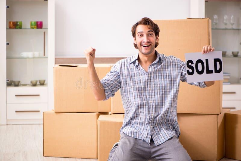De jonge man die zijn huis verkopen stock afbeelding