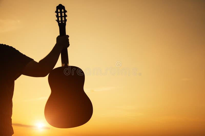 De jonge man gitaar van de handholding, exemplaarruimte stock foto's