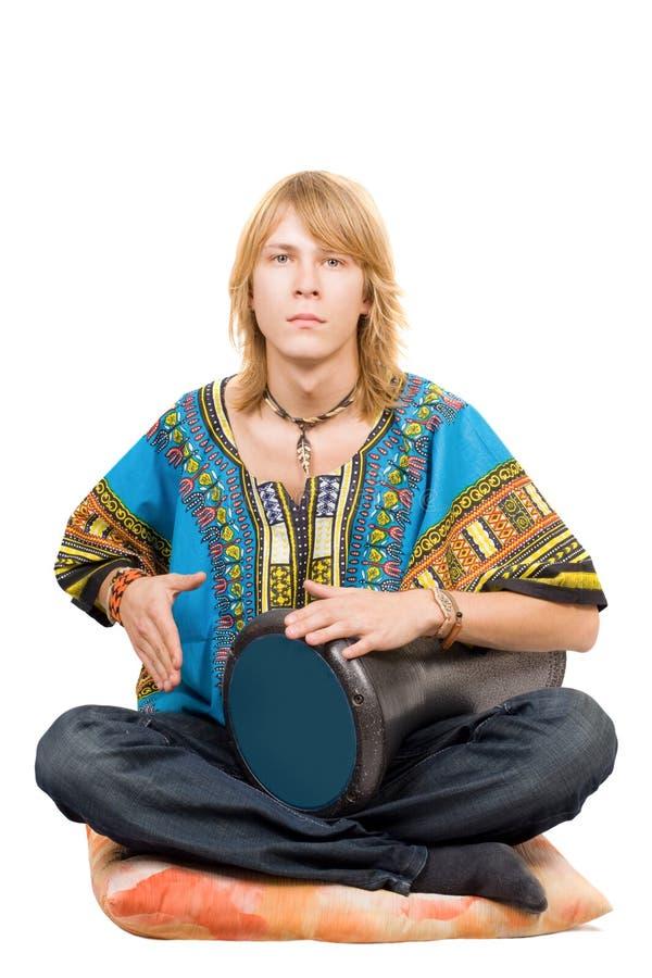 De jonge man speelt een trommel stock foto's