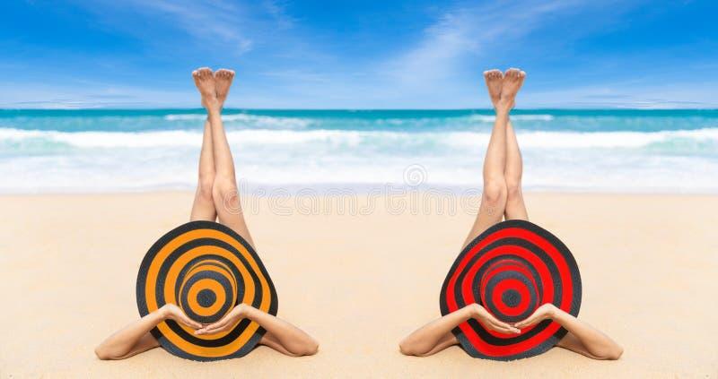 De jonge maniervrouw ontspant op het strand Gelukkige eilandlevensstijl Wit zand, blauwe bewolkte hemel en kristaloverzees van tr stock fotografie