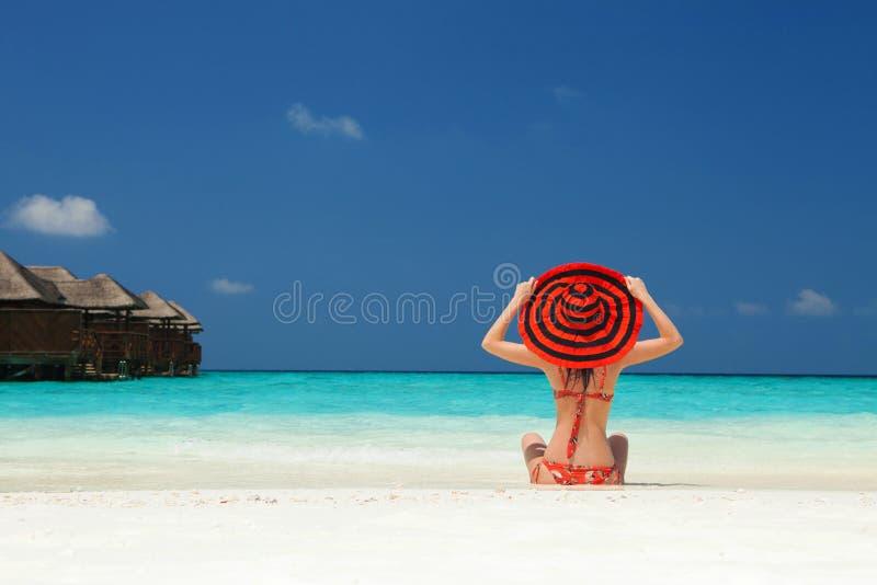 De jonge maniervrouw ontspant op het strand Gelukkige Levensstijl Wit zand, blauwe hemel en kristaloverzees van tropisch strand V stock afbeeldingen