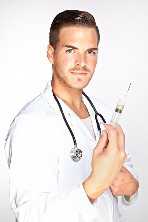 De jonge mannelijke spuit van de artsenholding met injectie stock fotografie