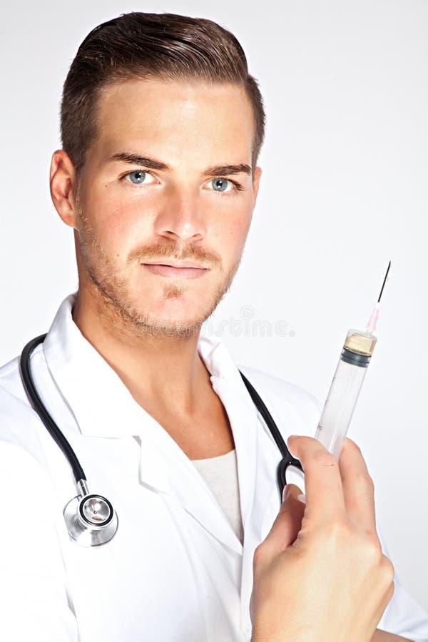 De jonge mannelijke spuit van de artsenholding met injectie royalty-vrije stock foto's