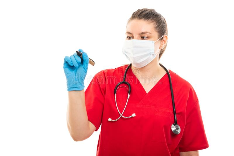 De jonge medische verpleegster die rood dragen schrobt het gebruiken van zwarte teller stock foto's