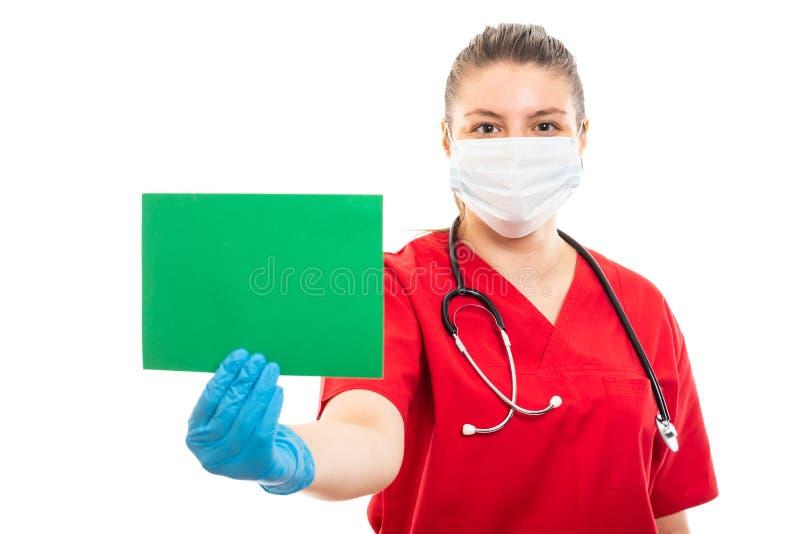 De jonge medische verpleegster die rood dragen schrobt holdings groen karton royalty-vrije stock fotografie