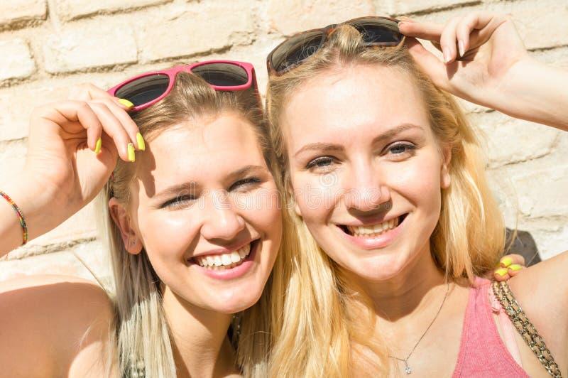De jonge meisjes die van manier gelukkige vrouwen de zomer nemen selfie stock foto