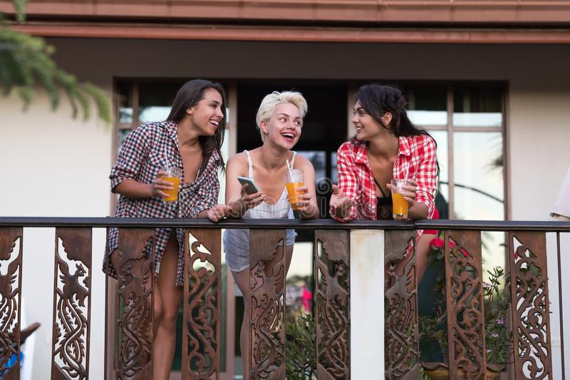 De jonge Meisjes groeperen zich op Balkon die, de Mooie Mededeling van Vrouwenvrienden spreken stock afbeeldingen