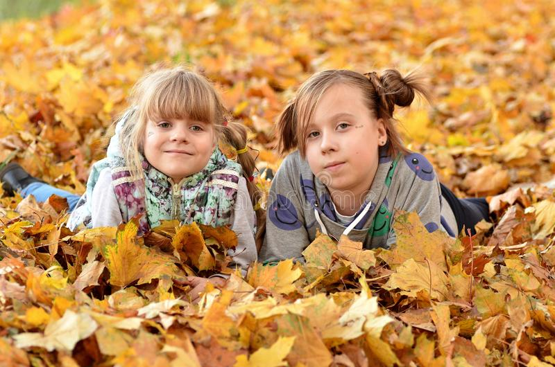 De jonge meisjes spelen in openlucht in het de herfstseizoen royalty-vrije stock foto's