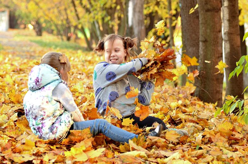 De jonge meisjes spelen in openlucht in het de herfstseizoen royalty-vrije stock foto