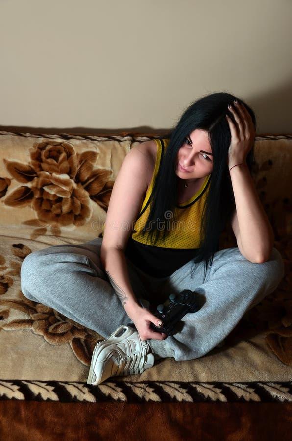 De jonge meisjeszitting op de laag wordt teleurgesteld door het verlies royalty-vrije stock fotografie