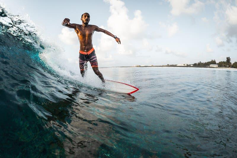 De jonge mens berijdt de oceaangolf stock foto