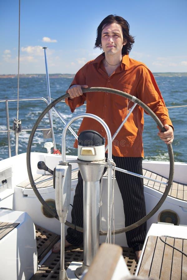 De jonge Mens is de Kapitein van de Zeilboot royalty-vrije stock foto's