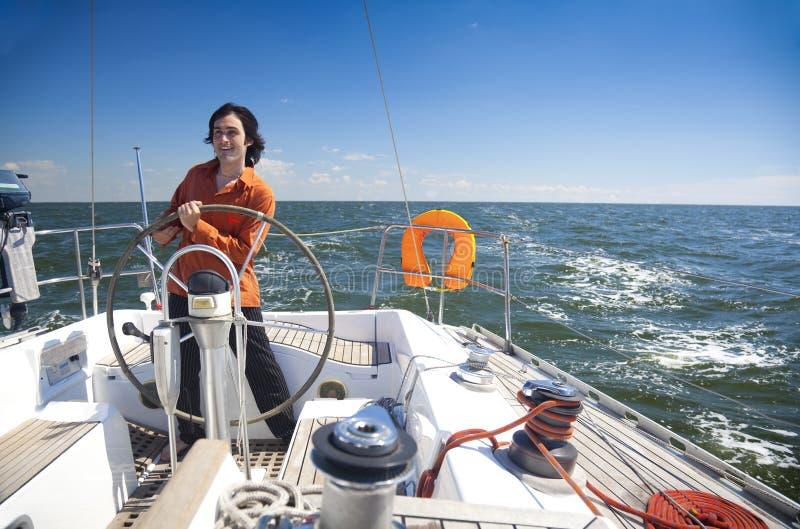 De jonge Mens is de Kapitein van de Zeilboot stock afbeelding