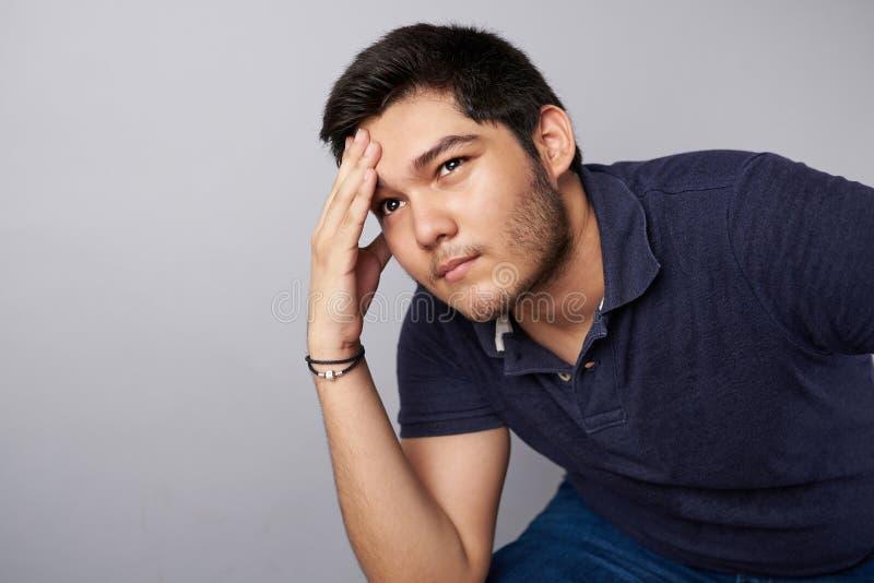De jonge mens denkt op probleem royalty-vrije stock foto