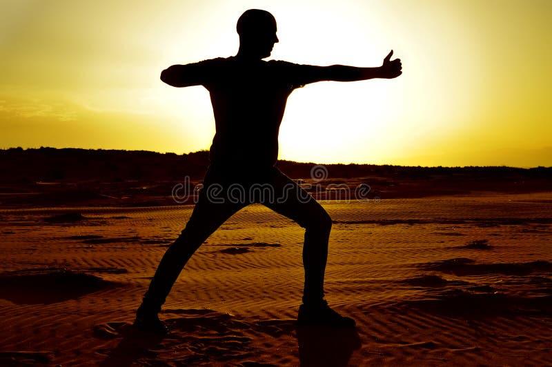 De jonge mens die de yogaschutter doen stelt royalty-vrije stock fotografie