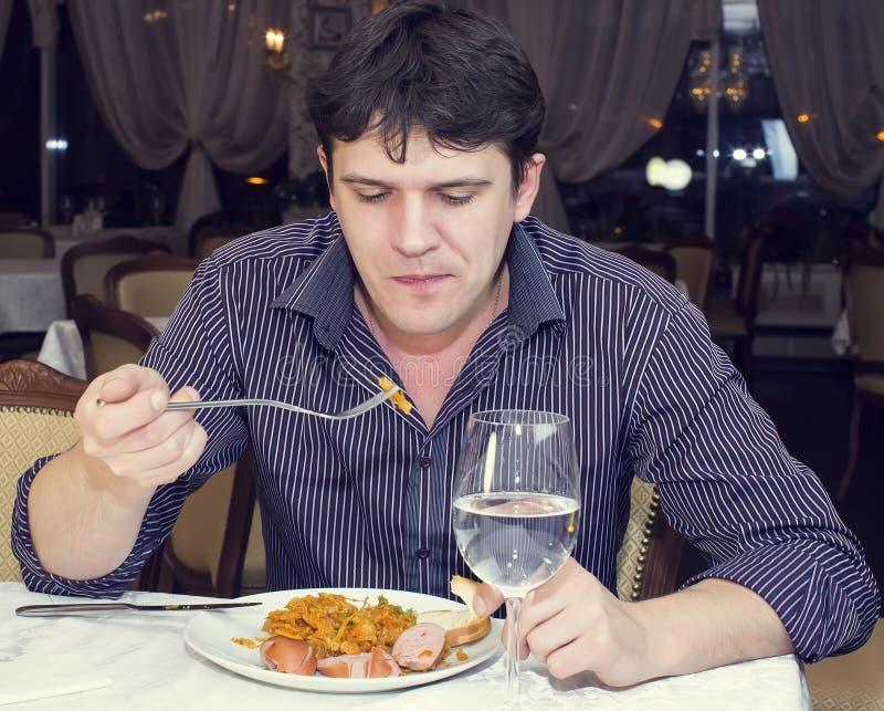de jonge mens dineert stock foto