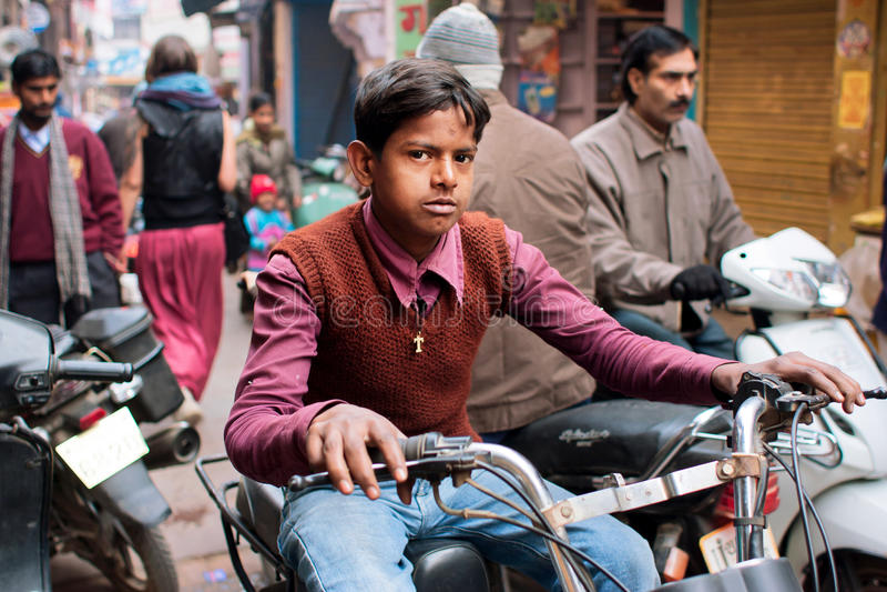 De jonge mens drijft oude byke op de straat royalty-vrije stock afbeeldingen