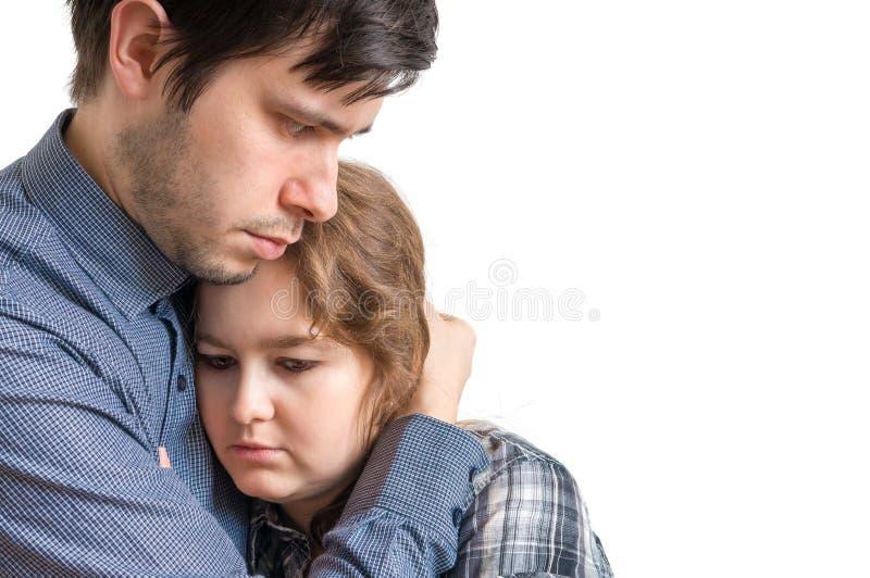 De jonge mens koestert zijn droevig meisje Het troosten en medelevenconcept royalty-vrije stock foto