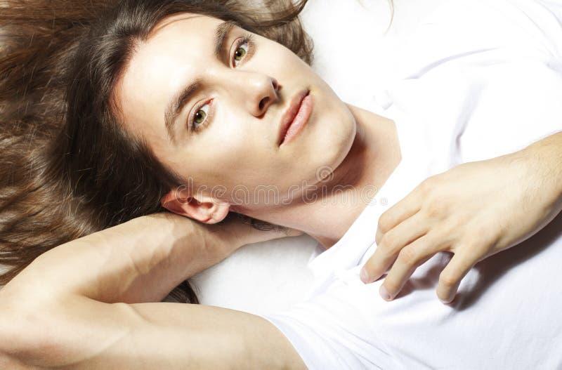 De jonge mens met lang haar heeft rust royalty-vrije stock afbeelding