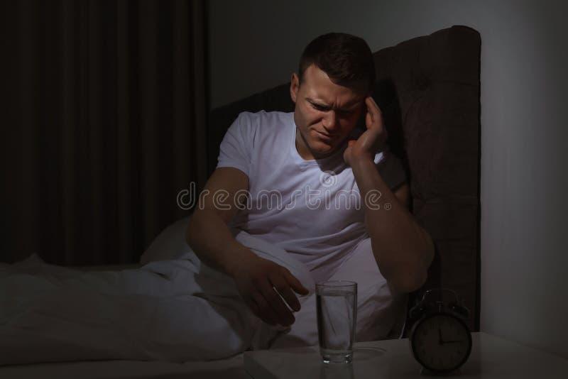 De jonge mens met vreselijke hoofdpijn wil pil nemen royalty-vrije stock foto's