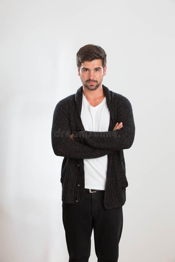 De jonge mens stelt in een studio royalty-vrije stock fotografie
