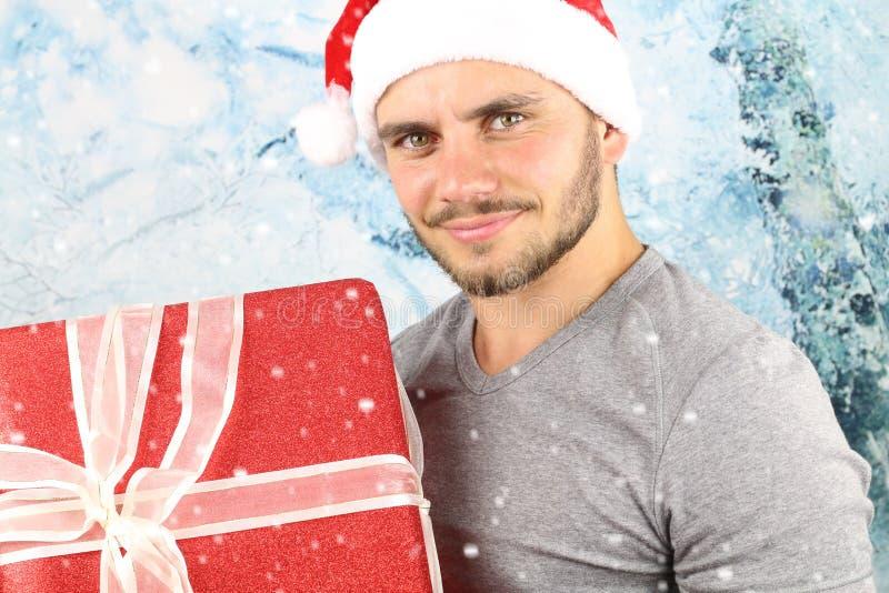 De jonge mens van het Kerstmisseizoen het glimlachen royalty-vrije stock foto's