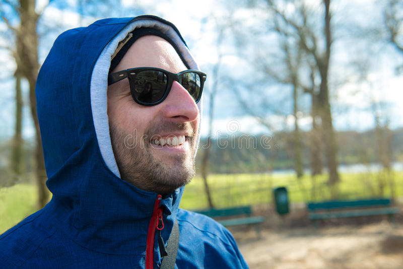 De jonge mens voor aardachtergrond glimlacht stock foto's