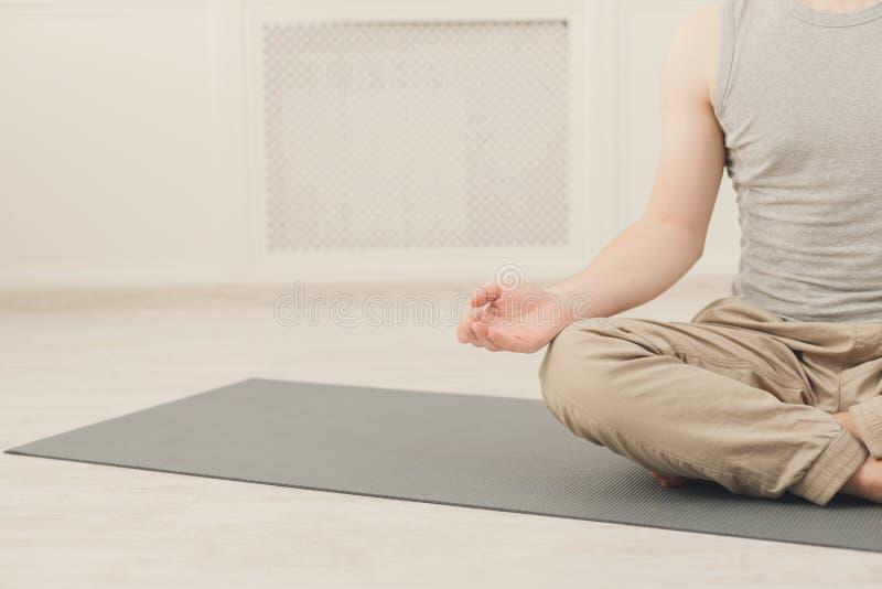 De jonge mens in yogaklasse, ontspant meditatie stelt royalty-vrije stock afbeeldingen