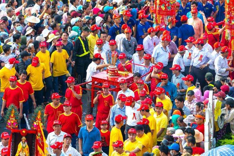De jonge mensen die van de festivallantaarn standbeeldengodinnen en wierookparade op straat vervoeren royalty-vrije stock foto