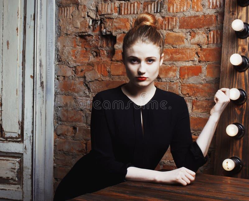 De jonge modieuze vrouw in maakt omhoog ruimte met spiegel, diva actrice vóór prestaties het denken art. Het Binnenland van de zo royalty-vrije stock afbeelding