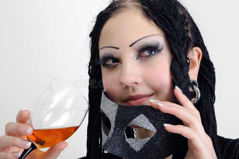 De jonge modieuze vrouw met dreadlocks drinkt wijn stock afbeeldingen