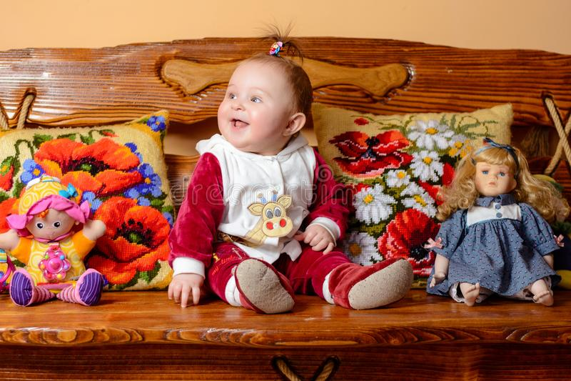 De jonge moeder is blije holding een klein kind in haar wapens stock fotografie