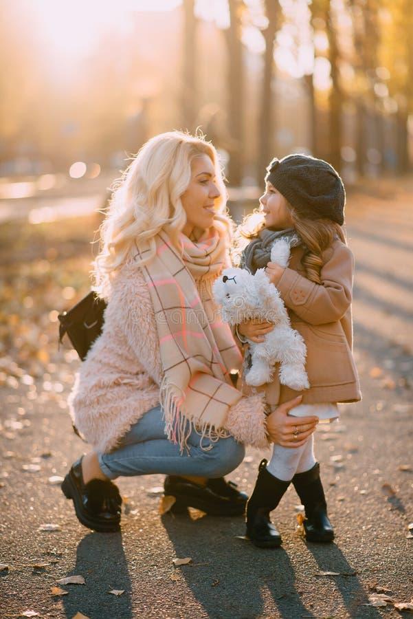 De jonge moeder deelt met haar weinig dochter mee royalty-vrije stock afbeeldingen