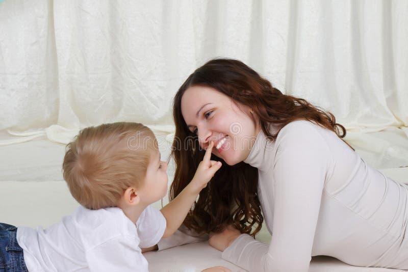 De jonge moeder en haar zoon brengen samen tijd door royalty-vrije stock foto's