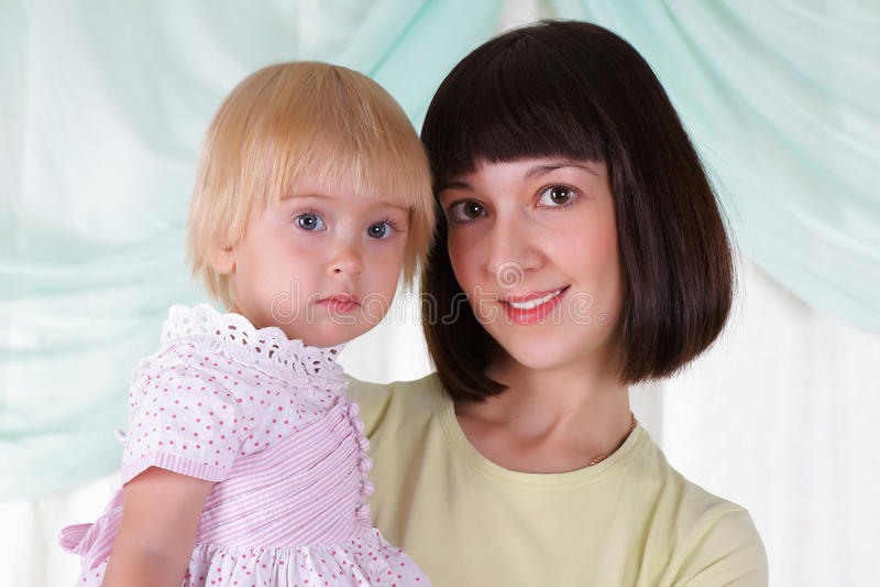 De jonge moeder en haar zoon brengen samen tijd door royalty-vrije stock fotografie