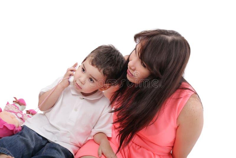 De jonge moeder en haar zoon brengen samen tijd door.   stock afbeelding