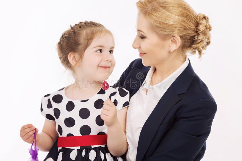 De jonge moeder met weinig dochter is gelukkig en glimlachend stock fotografie