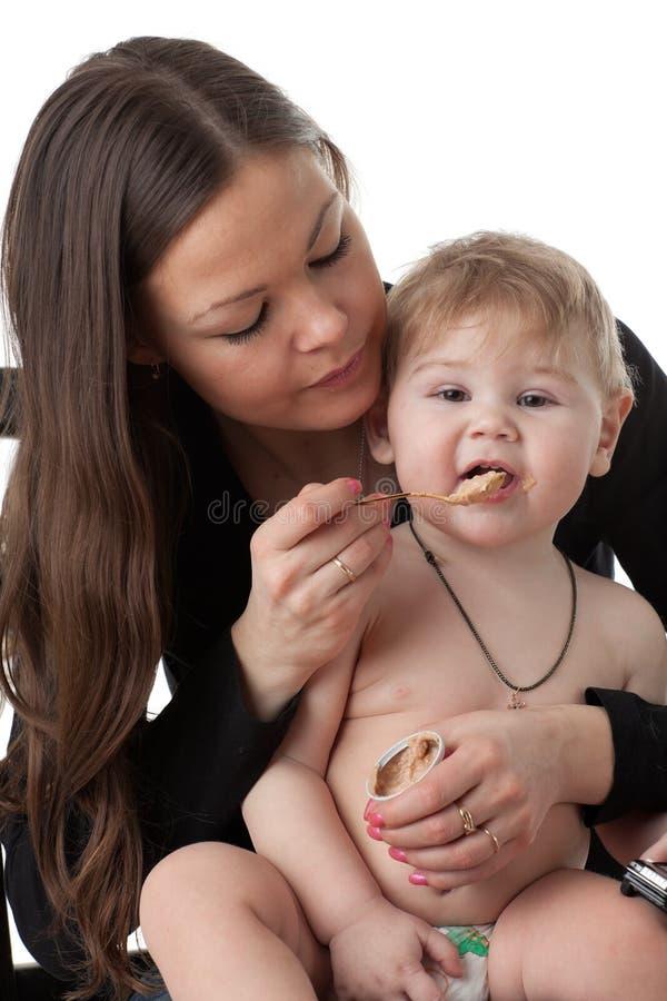 De jonge moeder voedt haar baby. royalty-vrije stock foto