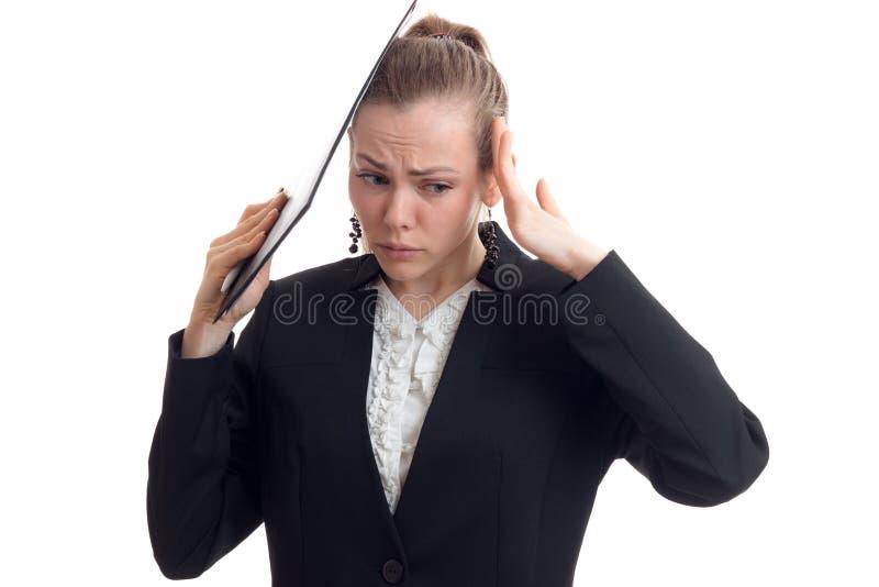 De jonge mooie bedrijfsvrouw in chrenomkostuum houdt de handen achter het hoofd en rimpelde haar gezichtsclose-up royalty-vrije stock foto's
