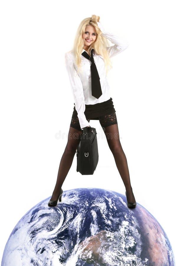 De jonge mooie bedrijfsvrouw onderwerpt aarde stock foto