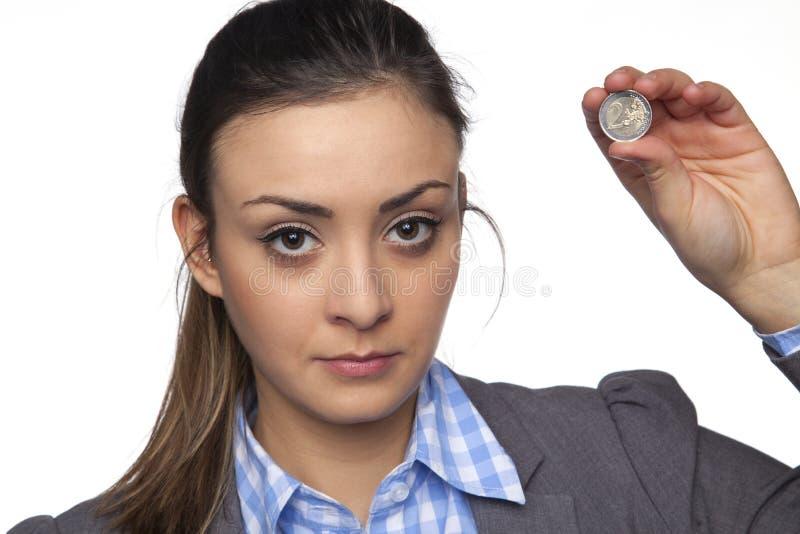 De jonge mooie bedrijfsvrouw toont twee euro royalty-vrije stock foto's