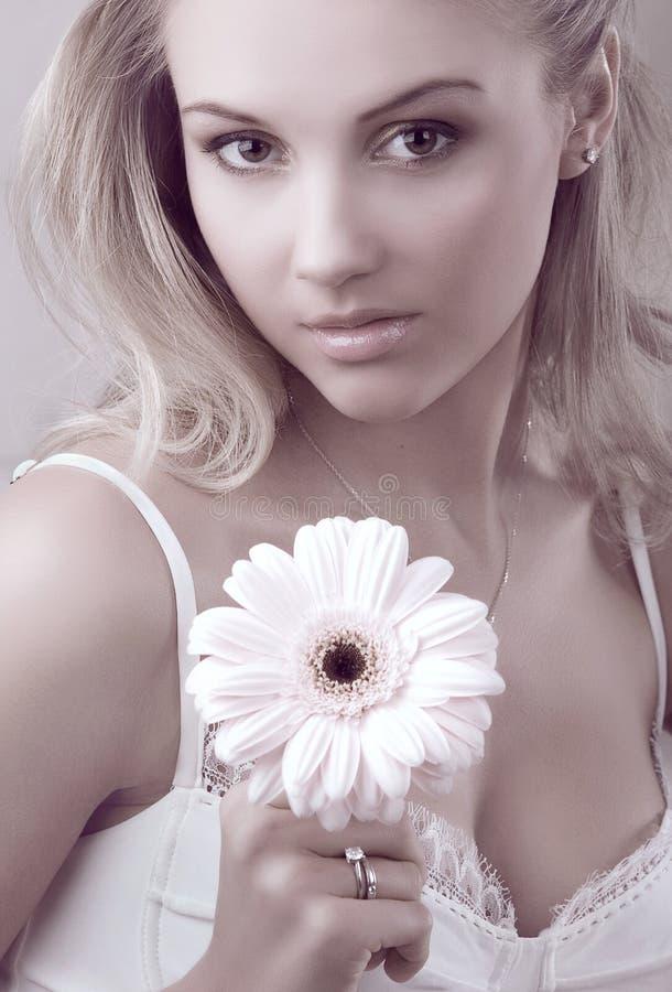 De jonge mooie bloem van de vrouwenholding stock afbeelding