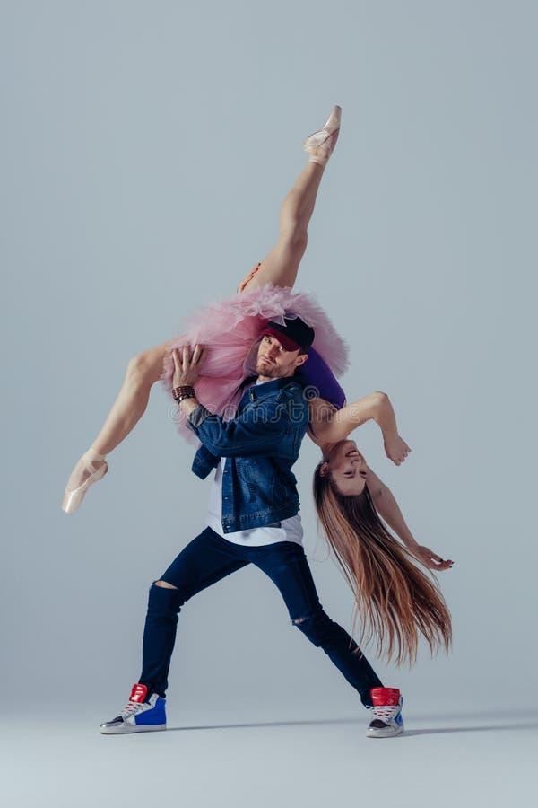 De jonge mooie dansers stellen in de studio stock foto